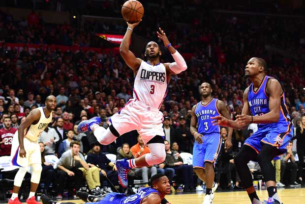 Chris Paul anota con Russell Westbrook en el suelo