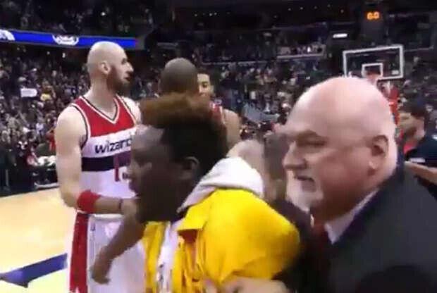Un seguidor de Kobe Bryant salta a la cancha