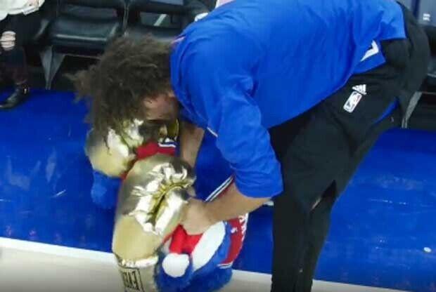 Robin Lopez pega a la mascota de Philadelphia 76ers
