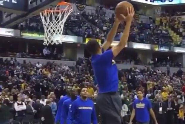 Stephen Curry volado hacia el aro