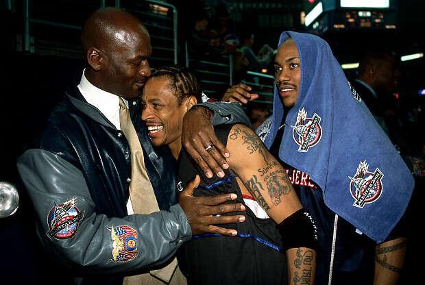 Allen Iverson, Stephon Marbury y Michael Jordan en el All-Star 2001