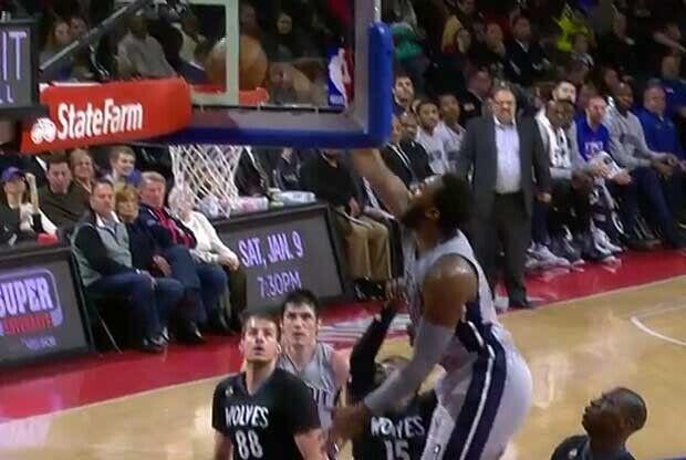 Andre Drummond hace un mate ante un jugador de Minnesota