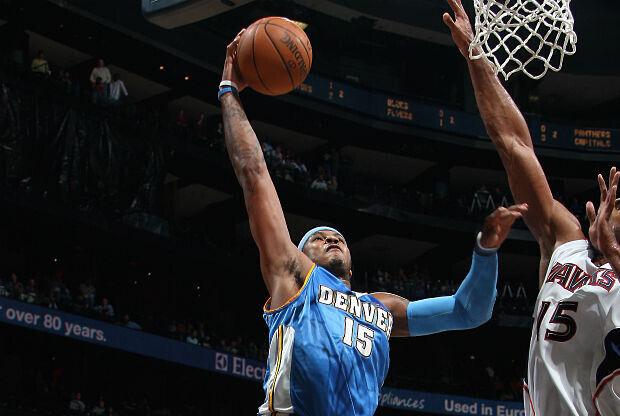 Carmelo Anthony se cuelga del aro