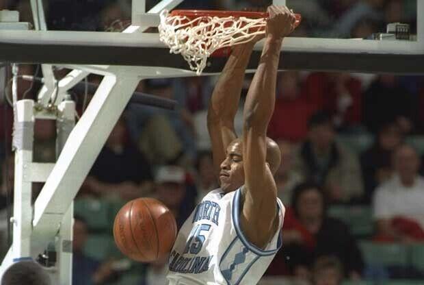 Vince Carter hace un mate en la NCAA