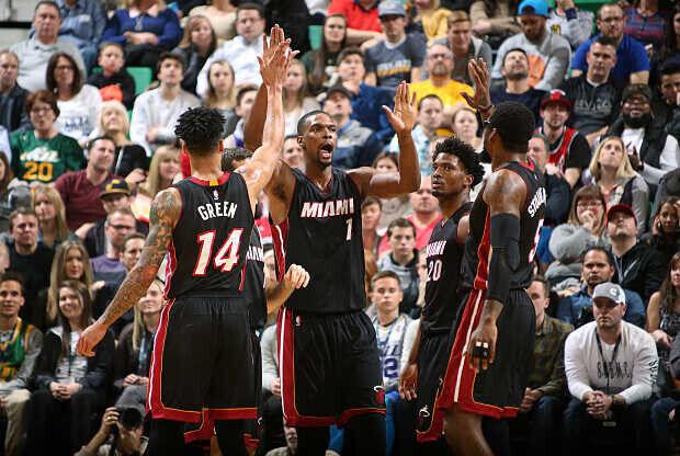 Chris Bosh de Miami Heat ante Denver Nuggets