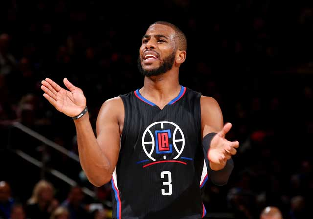 Chris Paul aplaude durante un partido