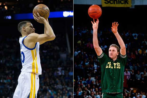 Stephen Curry y Larry Bird, lanzando sendos triples