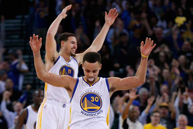 Stephen Curry y Klay Thompson celebran una jugada