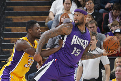 DeMarcus Cousins, defendido por un jugador de Los Angeles Lakers