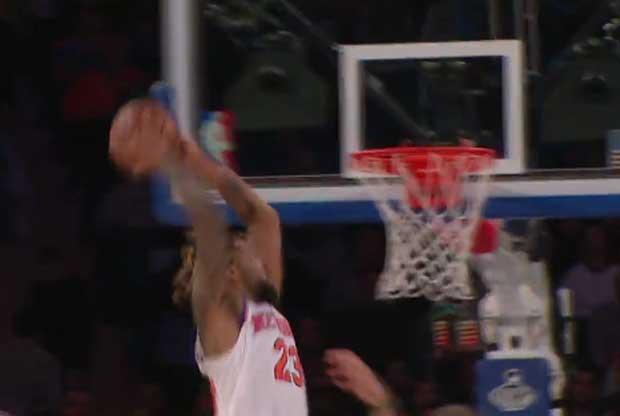 Derrick Williams baja un alley-oop