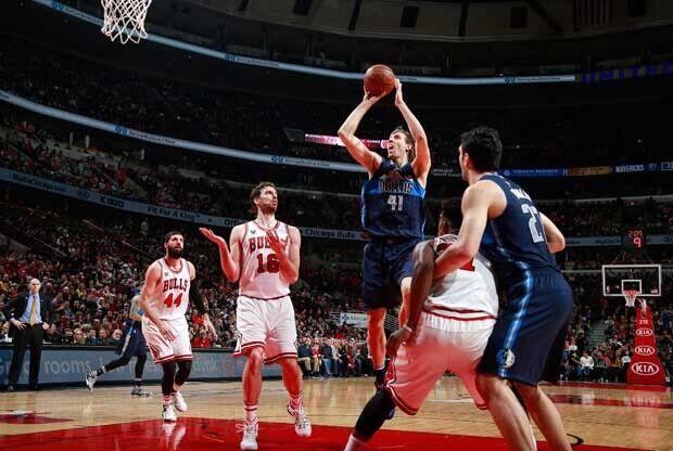 Dirk Nowitzki se eleva ante jugadores de Chicago Bulls