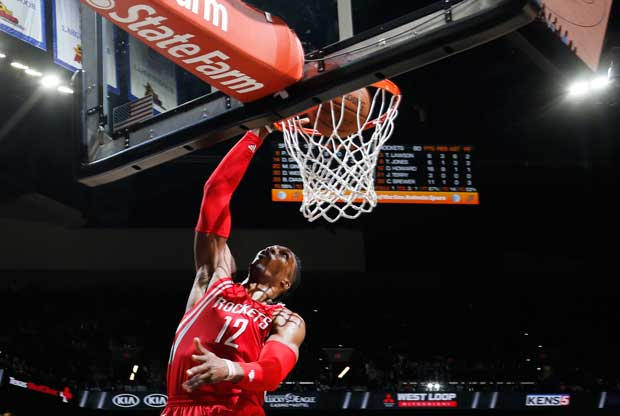 Dwight Howard se cuelga del aro