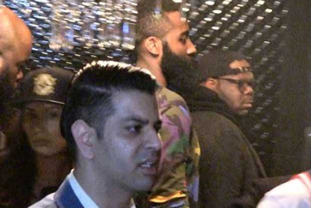 James Harden entra en un club de striptease