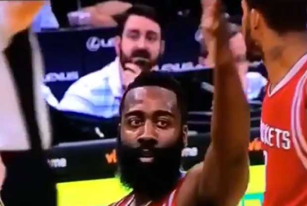 James Harden amenaza a un fan molesto