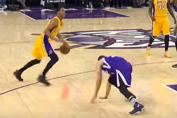 Jordan Clarkson deja a Seth Curry por los suelos