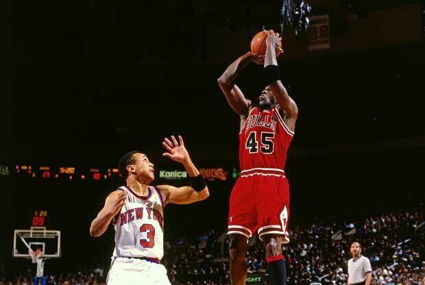 Michael Jordan lanza sobre un jugador de los Knicks