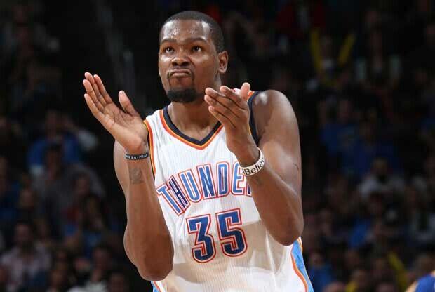 Kevin Durant aplaude durante un partido