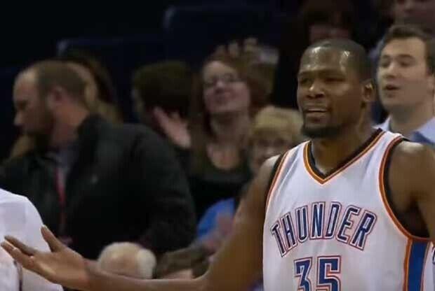 Kevin Durant, con gesto de extrañado