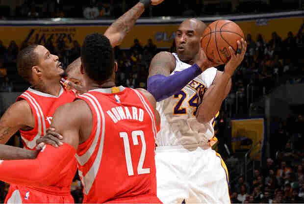 Kobe Bryant reparte una asistencia