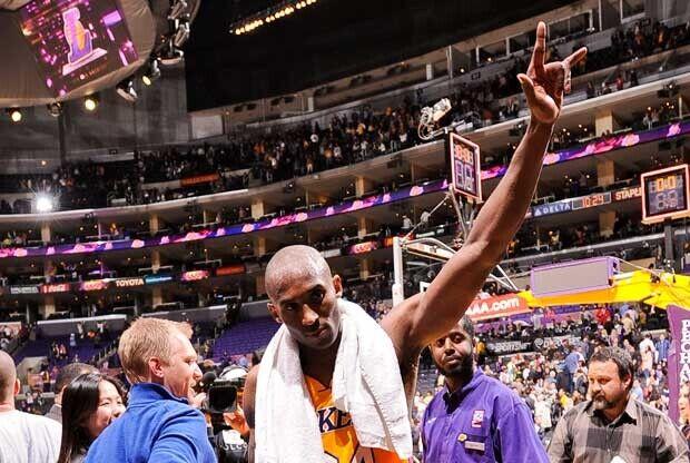 Kobe Bryant saluda al público