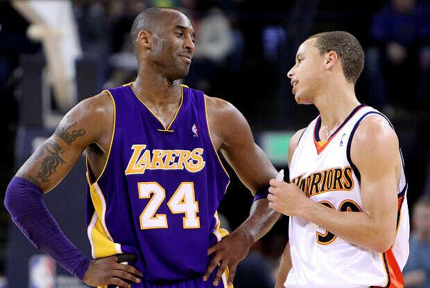 Kobe Bryant y Stephen Curry conversan durante un partido