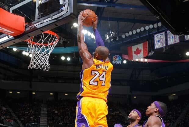 Kobe Bryant vuela hacia el aro