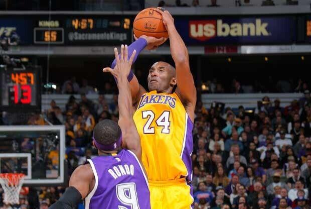Kobe Bryant lanza ante la oposición de Rajon Rondo