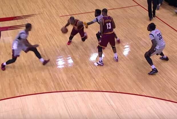 Kyrie Irving se libra de los defensores de Houston Rockets