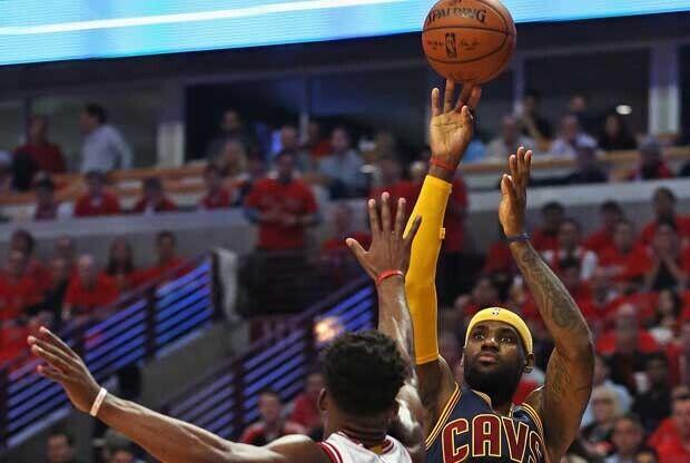 LeBron James lanza ante la defensa de Jimmy Butler