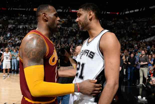 LeBron James y Tim Duncan se saludan