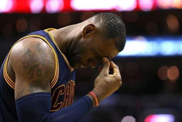 LeBron James se lamenta durante un partido
