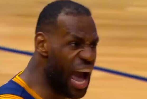 LeBron James celebra con rabia una acción