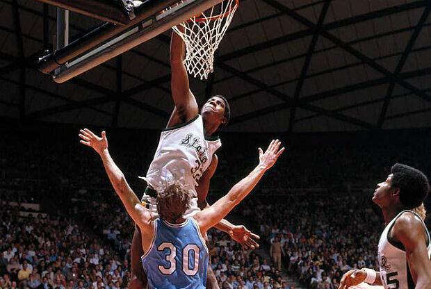 Magic Johnson machacando en la NCAA