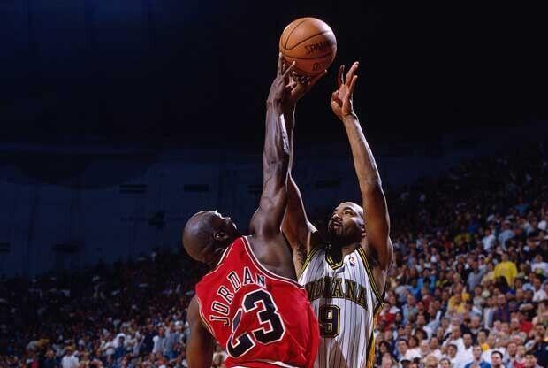 Michael Jordan le pone un tapón a un jugador de Indiana Pacers