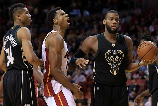Hassan Whiteside grita con rabia durante el partido entre Milwaukee Bucks y Miami Heat