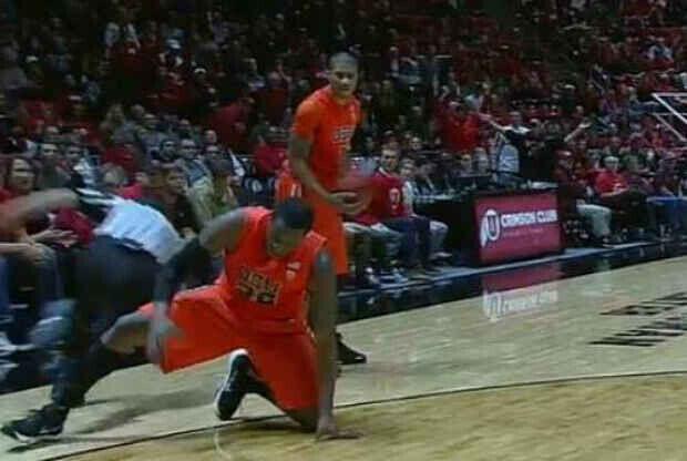 Un jugador de Oregon State zancadilla al árbitro