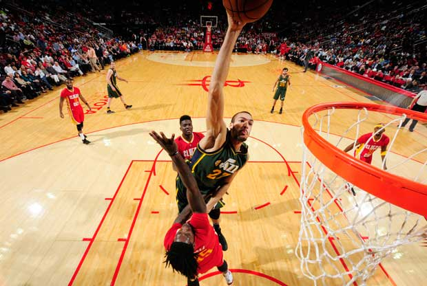 Rudy Gobert hace un mate sobre un jugador de Houston Rockets