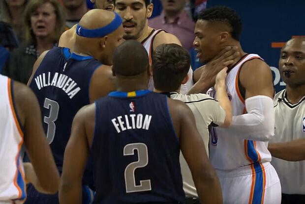 Russell Westbrook es agarrado por el cuello