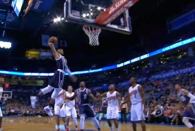 Russell Westbrook salta hacia el aro