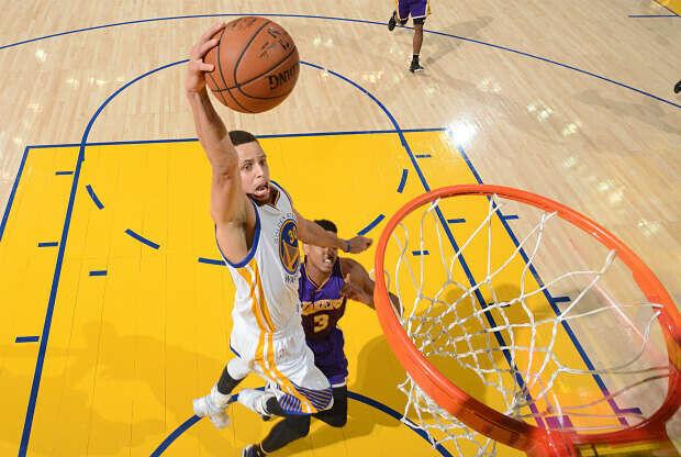 Stephen Curry se cuelga del aro