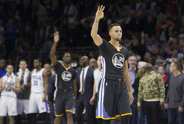 Stephen Curry celebra un triple
