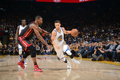 Stephen Curry , defendido por Chris Bosh