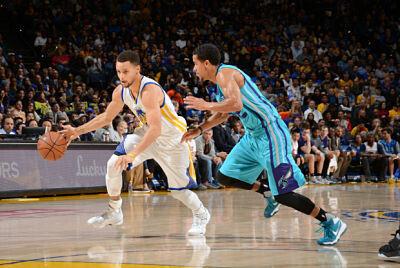 Stephen Curry se libra de un jugador de Charlotte Hornets