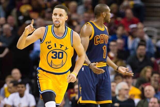 Stephen Curry celebra una canasta contra Cleveland Cavaliers