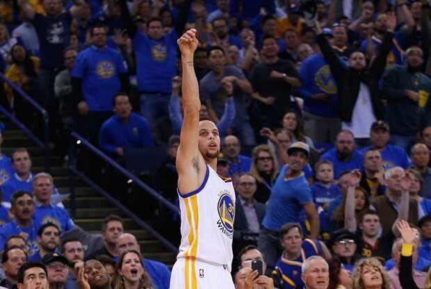 Stephen Curry celebra un triple