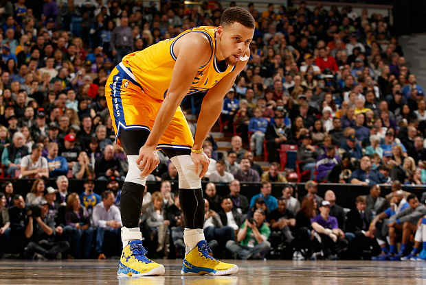 Stephen Curry descansa durante un partido.