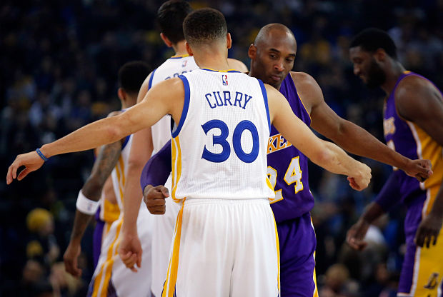 Stephen Curry y Kobe Bryant se saludan