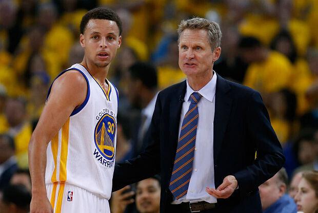 Stephen Curry y Steve KErr hablan durante un partido