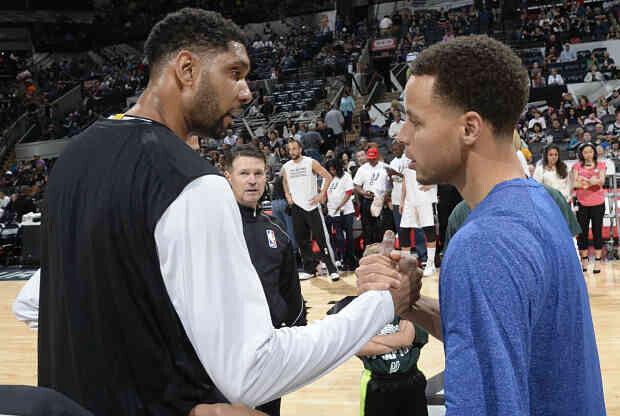 Stephen Curry saluda a Tim Duncan