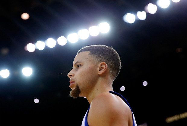 Stephen Curry ante Detroit Pistons